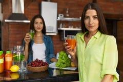 Nourriture saine de nutrition et de régime Femmes buvant du jus frais Photos libres de droits