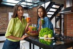 Nourriture saine de nutrition et de régime Femmes buvant du jus frais Image stock
