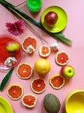 Nourriture saine de pamplemousse de tranches de noix de coco d'agrumes de pomme de pulpe d'assiette creuse rose jaune rouge vert- photo libre de droits