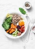 Nourriture saine de pleine cuvette - sarrasin, patates douces cuites au four, épinards, oeuf, betterave, céleri, tomates Déjeuner photos libres de droits