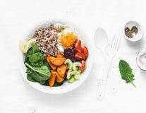 Nourriture saine de pleine cuvette - sarrasin, patates douces cuites au four, épinards, oeuf, betterave, céleri, tomates Déjeuner photographie stock