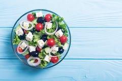 Nourriture saine de salade grecque de légumes frais sur le fond en bois images libres de droits