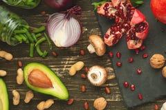 Nourriture saine de vegan faisant cuire des ingrédients Légumes étendus plats, fruits, avocats, écrous, champignons, oignons, har images libres de droits