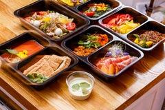 Nourriture saine et concept de régime, la livraison de plat de restaurant Emportez du repas de forme physique images libres de droits
