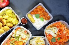 Nourriture saine et concept de r?gime, la livraison de plat de restaurant Emportez du repas de forme physique Nutrition de perte  images stock