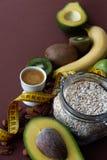 Nourriture saine et ruban métrique jaune au-dessus de table brune Concept de forme physique et de santé photographie stock libre de droits