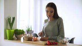 Nourriture saine Femme faisant cuire la salade de légume frais à la cuisine banque de vidéos