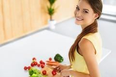 Nourriture saine Femme préparant le dîner végétarien Mode de vie, Eati Photographie stock libre de droits