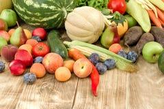 Nourriture saine, fruits et légumes organiques frais de consommation saine Images stock
