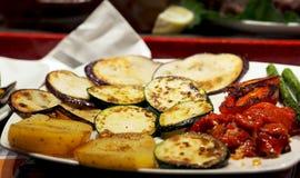 Nourriture saine - légumes saisonniers barbequed (courgette, poivre, asperge, pomme de terre) photo libre de droits