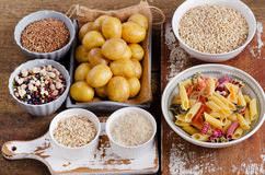 Nourriture saine : Les meilleures sources des glucides sur un conseil en bois Image libre de droits