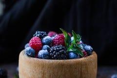 Nourriture saine mélangé frais de baies mûre, myrtille framboise et feuilles en bon état Photo libre de droits