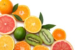 Nourriture saine mélangez le citron coupé en tranches, la chaux verte, l'orange, la mandarine, les kiwis et le pamplemousse à la  Image stock