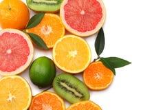 Nourriture saine mélangez le citron coupé en tranches, la chaux verte, l'orange, la mandarine, les kiwis et le pamplemousse à la  Photo libre de droits