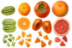 Nourriture saine mélangez le kaki, l'orange, la mandarine, les kiwis et le pamplemousse découpés en tranches à la feuille verte d Photo stock