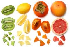 Nourriture saine mélangez le kaki, l'orange, la mandarine, les kiwis et le pamplemousse découpés en tranches à la feuille verte d Photographie stock libre de droits