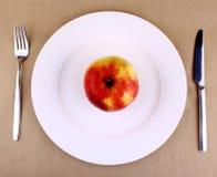 Nourriture saine - pomme d'un plat blanc avec la fourchette et le couteau Photos stock