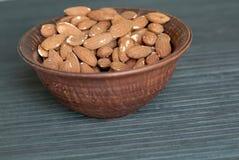 Nourriture saine pour la fin de fond d'image vers le haut des écrous d'amande Écrous de texture sur l'assiette creuse photo libre de droits