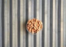 Nourriture saine pour la fin de fond d'image vers le haut des ?crous d'amande ?crous de texture sur l'assiette creuse image libre de droits