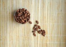 Nourriture saine pour la fin de fond d'image vers le haut des ?crous d'amande ?crous de texture sur l'assiette creuse image stock