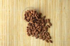 Nourriture saine pour la fin de fond d'image vers le haut des ?crous d'amande ?crous de texture sur l'assiette creuse photographie stock