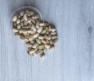 Nourriture saine pour la fin de fond d'image vers le haut des pistaches Texture sur la vue sup?rieure grise blanche de table Pist photos stock