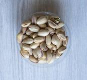 Nourriture saine pour la fin de fond d'image vers le haut des pistaches Texture sur la vue sup?rieure grise blanche de table Pist image libre de droits