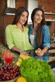 Nourriture saine pour le régime Femmes mangeant des fruits, Smoothie dans la cuisine Photos stock
