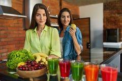 Nourriture saine pour le régime Femmes mangeant des fruits, Smoothie dans la cuisine Images stock