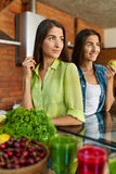 Nourriture saine pour le régime Femmes mangeant des fruits, Smoothie dans la cuisine Images libres de droits