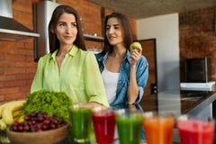 Nourriture saine pour le régime Femmes mangeant des fruits, Smoothie dans la cuisine Photo libre de droits
