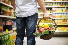 Nourriture saine remplie par panier Images libres de droits