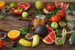 Nourriture saine, sélection propre de nourriture : fruits, légumes, graines, épices sur les conseils bruns Photos stock