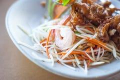 Nourriture saine : Salade épicée thaïlandaise avec la crevette Photographie stock