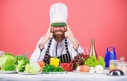 Nourriture saine Suivre un r?gime et aliment biologique, vitamine Homme de chef dans le chapeau Recette secr?te de go?t Cuisinier photographie stock libre de droits