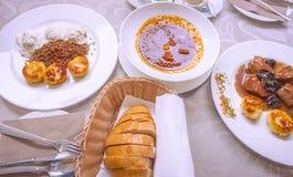 Nourriture slovène spécifique avec de la viande et des sauces image stock