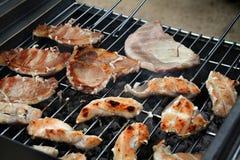Nourriture sur le bar-b-que extérieur. Photos libres de droits
