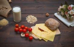 nourriture sur une table brune avec des fleurs Photo stock