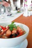 Nourriture thaïe Tom Yum Kung dans une cuvette 2 Photographie stock libre de droits