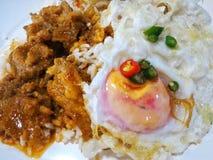 Nourriture thaïlandaise avec du riz et Fried Egg Photographie stock
