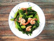 Nourriture thaïlandaise, chou frisé de crevette avec la crevette rose sur la table en bois Photo libre de droits