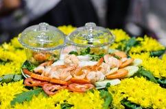 Nourriture thaïlandaise, crevette sur des nouilles et légumes. Images libres de droits