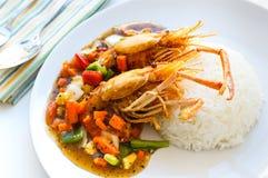 Nourriture thaïlandaise, crevettes roses frites avec de la sauce au poivre noire photo libre de droits