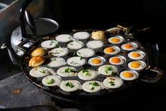 Nourriture thaïlandaise de rue en Chiang Mai avec des oeufs au plat et des crêpes de pudding de noix de coco photographie stock libre de droits