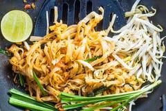 Nourriture thaïlandaise - Padthai chaud dans la casserole Photographie stock libre de droits