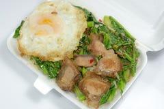 Nourriture thaïlandaise - porc croustillant de sauté avec le chou frisé (Kana Moo Grob) Photos stock