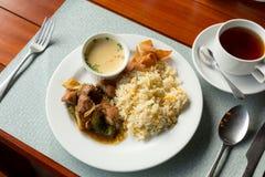 Nourriture thaïlandaise réglée sur la table Photos stock