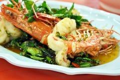 Nourriture thaïlandaise - remuez les crevettes roses frites avec des piments Photos libres de droits