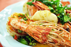 Nourriture thaïlandaise - remuez les crevettes roses frites avec des piments Photographie stock libre de droits