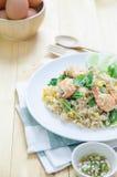 Nourriture thaïlandaise, riz mis le feu avec la crevette et oeufs Image stock